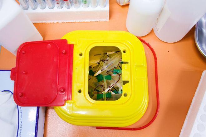 сбор медицинских отходов, контейнер для острых отходов