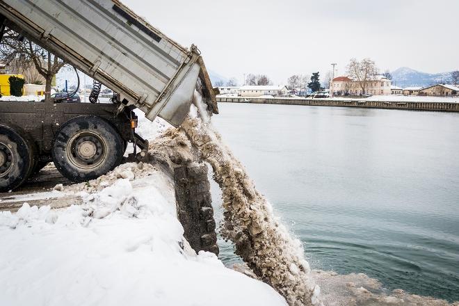вывоз снега в водоемы запрещается