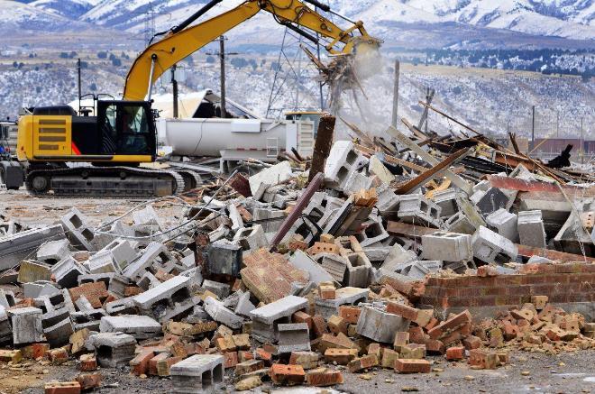 разборка старого здания, контейнер для строительного мусора
